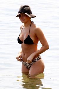http://img253.imagevenue.com/loc132/th_672085752_lara_bingle_bikini_sydney_07_830x1245_122_132lo.jpg