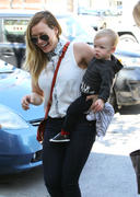 http://img253.imagevenue.com/loc549/th_164920083_Hilary_Duff_out_and_about_in_Hollywood2_122_549lo.jpg